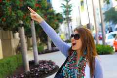 Surprised woman pointing at something Royalty Free Stock Photos