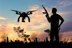 Surr för konturflygspaningar över stad i en rök och en terrorist Royaltyfri Bild
