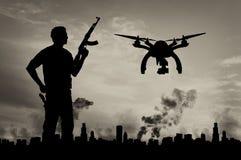 Surr för konturflygspaningar över stad i en rök och en terrorist Royaltyfria Bilder