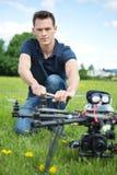Surr för spion för teknikerFixing Propeller Of UAV arkivfoton