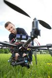 Surr för teknikerAssembling Camera On UAV royaltyfri foto