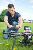 Surr för teknikerFixing Propeller Of UAV arkivbilder