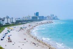 Surr/flyg- sikt av Miami Beach och i stadens centrum Miami arkivfoto