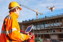 Surr fungerings av byggnadsarbetaren på byggnadsplats Royaltyfri Fotografi