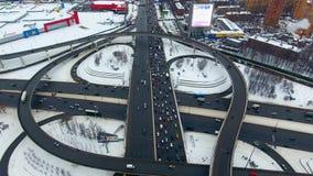 surr 4K flyg- huvudvägutbytessikt Massor av bilar på en planskild korsning lager videofilmer