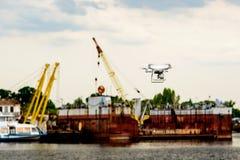 Surr med kameraflyg på behållarelastfartyget på sändningsport dubbel exponering arkivbilder