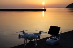 Surr- och fjärrkontrollkontrollant i solnedgång Arkivfoton