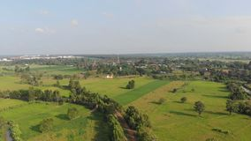 Surr skjutit sceniskt landskap för flyg- sikt av den åkerbruka lantgården på bygd stock video