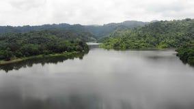 Surr skjutit sceniskt landskap för flyg- sikt av naturberget och skogstället i Thailand arkivfilmer