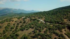 Surr synar sikten - spolningsväg från passerandet för det höga berget till Krim Tur för stor väg arkivfilmer