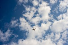 Surr under den blåa himlen med moln Fotografering för Bildbyråer