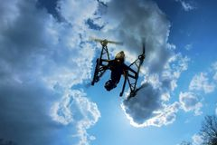 surra att flyga över i en ljus blå himmel Ny teknik i den aero fotoskyttet royaltyfria foton