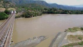 Surra att flyga över Puenten de Occidente i Colombia, nära Medellin arkivfilmer