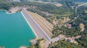 Surra den flyg- sikten av fördämningen av sjön Montedoglio en konstgjord sjö italy royaltyfria bilder