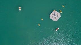Surra den flyg- sikten av sjön Livigno med med kanoter och trampa fartyg Italienska Alps italy arkivfoto