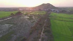 Surra det annalkande berget Phnom Krom i Cambodja, Siem Reap stock video