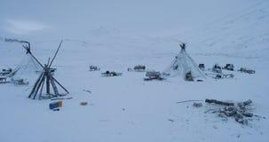 Surra fånga yurtscloseupen i aftonen i mitt av arktisk som är många släden utanför yurtsna lager videofilmer