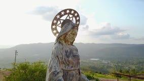 Surra flyget över statyn av oskulden i Piedecuesta Colombia stock video