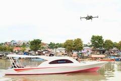 Surra flyget ovanför snabba motorbåten på floden i Manado Royaltyfria Foton