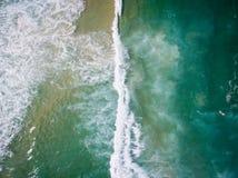 Surra fotoet av vågorna som kraschar på havet i Barra da Tiju royaltyfri fotografi