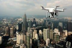Surra med den digitala kameran för hög upplösning som flyger över Kuala Lump royaltyfria foton