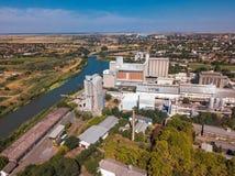 Surra pov, flyg- sikt av industriell cityscape med fabriksbuil Royaltyfria Bilder