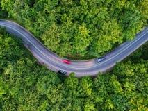 Surra sikten av en krökt väg i Transylvania, Rumänien arkivfoto