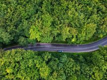 Surra sikten av en krökt väg i Transylvania, Rumänien royaltyfri fotografi