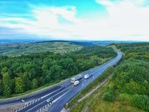 Surra sikten av en väg i Transylvania, Rumänien arkivbild