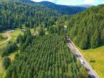 Surra sikten av en väg och en skog i Vrancea County, Rumänien fotografering för bildbyråer