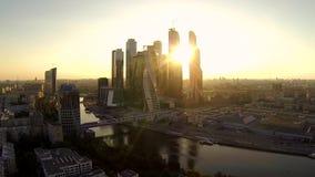 Surra videoen av skyskrapan på solnedgången över Moskvafloden lager videofilmer