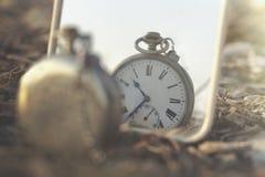 Surreal beeld van een antieke klok die weerspiegeld is stock fotografie