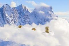 Surreal euro muntstukken op de alpen Stock Foto