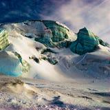 Surreal ijsstructuren in hoge alpen. stock foto