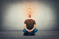 Surreal kerel zonder hoofd, onzichtbaar gezicht zette op de vloer met het gloeien lightbulb in plaats van hoofd, als idee en insp royalty-vrije stock afbeelding