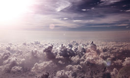 Surreale Himmellandschaft Fliegen über Himmelwolken Stockfoto