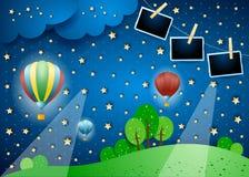Surreale Landschaft bis zum Nacht mit Ballonen und Fotorahmen stockfotos