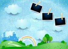 Surreale Landschaft mit hängenden Wolken, kleiner Stadt und Foto fram Lizenzfreie Stockfotos
