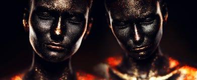 Surreale Mädchen in der schwarzen Farbe mit Funkeln Stockfotografie