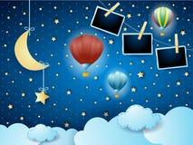 Surreale Nacht mit hängendem Mond, Ballonen und Fotorahmen lizenzfreie stockfotografie