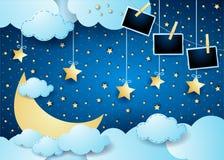 Surreale Nacht mit Mond, Wolken, hängenden Sternen und Fotorahmen lizenzfreies stockbild