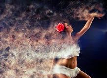 Surreale Tanzfrau, die in den Partikeln zerlegt stockfotografie