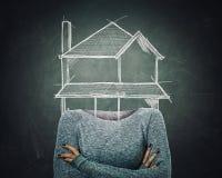 Surrealer Architekt der jungen Frau des Bildes mit gekreuzten armss und Hausskizze anstelle des Kopfes gezeichnet über Tafelhinte stock abbildung