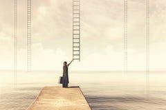 Surrealer Moment einer Frau, die wählen muss, das eingebildete Skala stockfoto