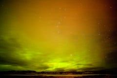 Surreale Nordlichter mit Wolken und Sternhimmel lizenzfreies stockbild