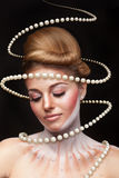 Surreales Kunstkonzept des Mädchens mit Perlen arround sie Stockbilder
