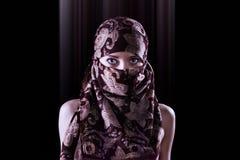 Surreales Porträt einer mysteriösen orientalischen Artfrau stockfotografie