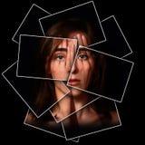 Surreales Porträt eines jungen Mädchens, das ihr Gesicht und Augen bedeckt Stockbild