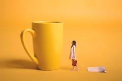 Surrealismusdesign Mädchen, das einen Teebeutel in seiner Hand hält Stockfotos