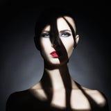 Surrealistische jonge dame met schaduw op haar lichaam Royalty-vrije Stock Afbeeldingen